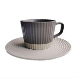 뜨거운 일본식 커피 컵과 접시