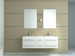 Глянцевый белый или черный висит на стене ванной комнате с шестью ящиками