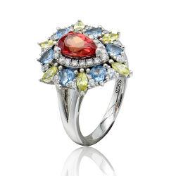 Rubino e molta figura ovale elegante variopinta dell'anello delle pietre bello e per le donne