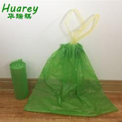 Tirer la chaîne en plastique de sacs poubelle biodégradables