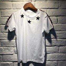 À la mode chemises du garçon avec des stars