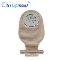 Une pièce à usage unique de fournitures médicales et deux pièces avec différents types de sac pour stomisés