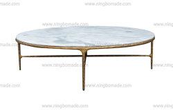 La mobilia dell'accumulazione martellata mano rustica ha forgiato il metallo solido del ferro con il tavolino da salotto rotondo di marmo bianco spesso di colore d'ottone