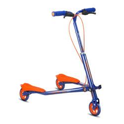 Le scooter de corps remué par corps drôle d'enfants en gros de scooter d'équilibre