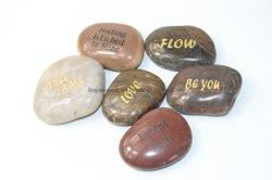 Grabado las palabras inspiradoras de guijarros de Río Piedras