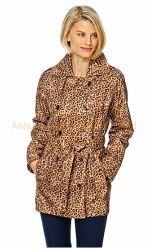 女性の長いプリントトレンチコートのジャケット