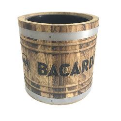 Бутылка пива Бакарди льда в деревенском стиле ковша деревянный ковш льда