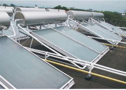 En la azotea, acero inoxidable calentador de agua solar con colectores solares de placa plana y depósito de poliuretano de alta densidad