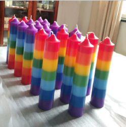 Il cono del Rainbow esamina in controluce le candele Votive colorate Rainbow