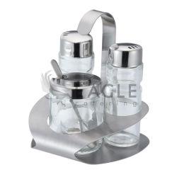 塩のコショウのためにセットされる3要素のスパイスおよびスプーンが付いているスパイス