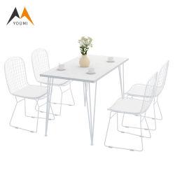 Metallo esterno del ristorante moderno e Tabella pranzante bianca di legno