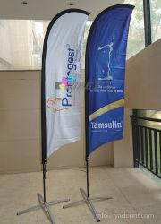 Im Freienstrand, der Wind-Feder-Markierungsfahne mit Fliegen-Fahnen-Drucken bekanntmacht