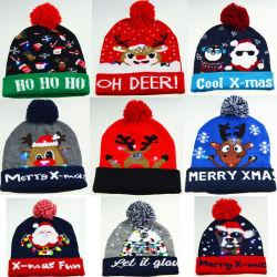 주문을 받아서 만들어진 LED 크리스마스 훈장 겨울에 의하여 뜨개질을 하는 베레모 모자