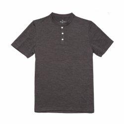 Le lane merino degli uomini di esecuzione delle pecore mettono la camicia in cortocircuito di Henley del manicotto