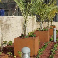 錆ついた鋼鉄大きい庭プランター植木鉢のプラント鍋