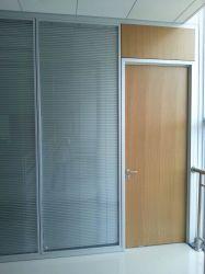 Entre les portes de bois, l'intérieur coloré porte en bois composite