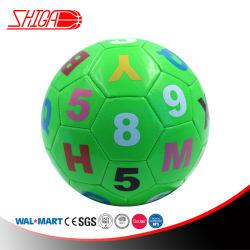 녹색 기계는 수 가르침 사용 축구 공을 바느질했다