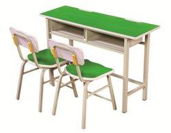 La escuela primaria conferencia pública en el aula de formación estudiante silla y mesa de trabajo