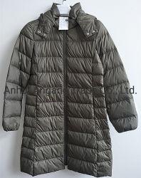 女性冬屋外のキルトにされたパッディングライトによって重くされる長い様式のアヒルのジャケット