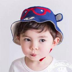 Sveglio ricamare il cappello della molla dei bambini di vetro