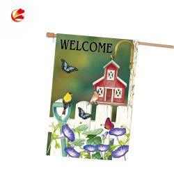 С высоты птичьего полета дом Custom Professional весной в саду с флагом деревянный столб