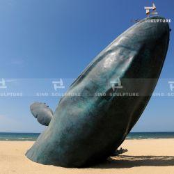 浜の古さびの表面が付いている大きい青銅色の鮫の彫刻