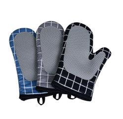 Il forno a microonde ispessito della cucina Heat-Proof ed i calzini della mano della Ferro-Prova hanno ispessito i guanti Heat-Proof per cottura