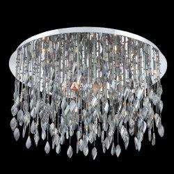 El disco plateado colgado el cristal con el cegamiento gotas para la boda y Banquetes