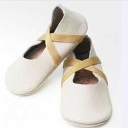 Fashionalbeの女の子の幼児は白く柔らかい唯一の革バレエの赤ん坊靴に蹄鉄を打つ