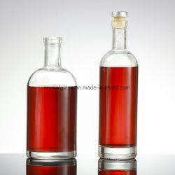 D'épaisseur du verre de vin de glace de cristal en bas de la Vodka avec bouchon de bouteille