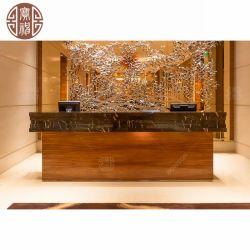 현대 호텔은 판매를 위해 대리석과 목제 베니어를 가진 주문을 받아서 만들어진 웅대한 큰 접수처를 사용했다