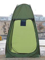 Schioccare la tenda in su cambiante dell'acquazzone della toletta del vestito
