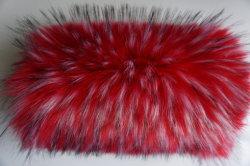 Il parka rosso luminoso attraente giù ricopre il tessuto lungo del collare del mucchio
