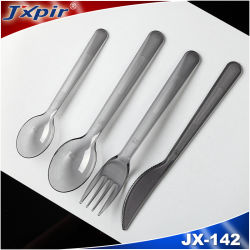 La coltelleria degli articoli per la tavola del commestibile imposta i cucchiai di plastica a gettare dell'alimento