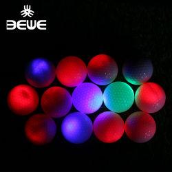 Großhandelsglühen im dunklen bunten blinkenden leuchtenden Golfball