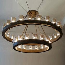 솔질된 청동색 금속 막대를 가진 펀던트 램프를 점화하는 현대 유리제 샹들리에 LED