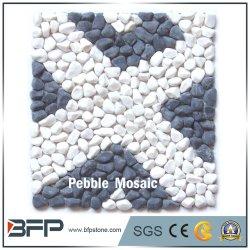 白および黒の混合された小石のモザイク床タイル