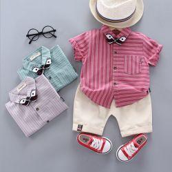夏の方法しまのある短い袖のワイシャツの男の子の余暇のスーツは衣類をからかう