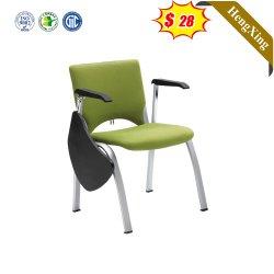 オフィス会議中間の小学校学生の二重机の椅子