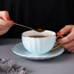 Teecup und Saucers mit Löffel-Cappuccino-Cup