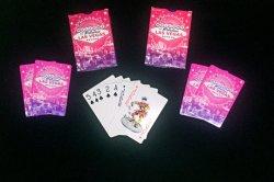 O cliente as cartas de jogar