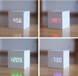 Horloge en bois naturel LED carrés