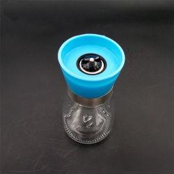 Vasi di vetro, bottiglie della spezia, prodotti della cucina