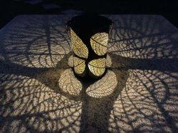 Venda por grosso de lanterna de metal de design com qualidade superior de saída oco de folhas à prova de luzes de energia solar