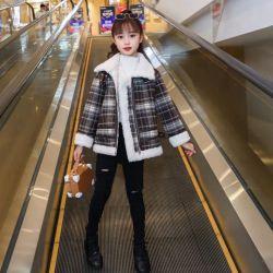 Usura dei capretti, vestiti della ragazza, vestiti dei bambini. Cappotti di stile delle ragazze di inverno nuovi, vestiti del cotone dei tessuti del velluto, rivestimenti dei bambini alla moda