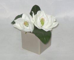 屋内装飾のための陶磁器プランターの白い人工的なマグノリアの花