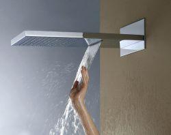 Ванной площади дождя крепится к стене и водопадом душевой головкой