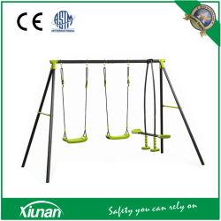 Outdoor-Swing-Set für Kinder und Kinder im Garten