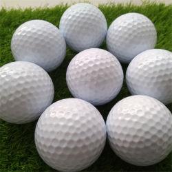 L'abitudine possiede le sfere di golf in bianco di marchio
