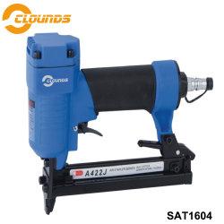 Uma pistola de pregos pneumática422j grampeador ar para trabalhar madeira
